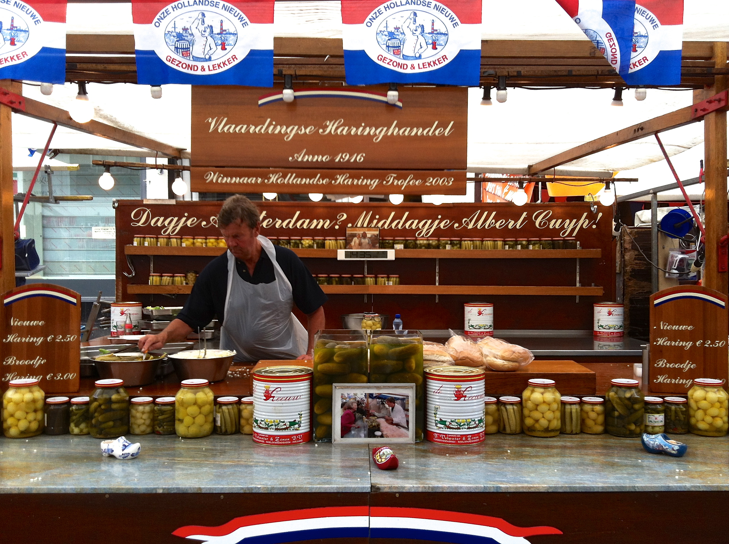 Haring van de Vlaardingse Vishandel op de Albert Cuyp martkt in Amsterdam
