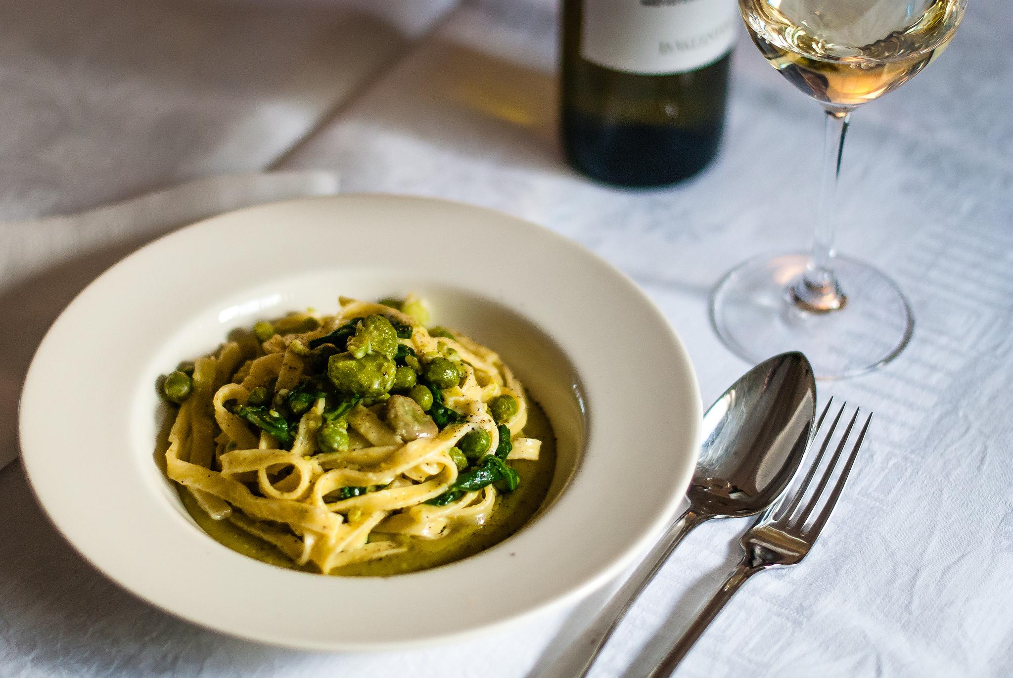 pasta met tuinbonen, erwten en rucola