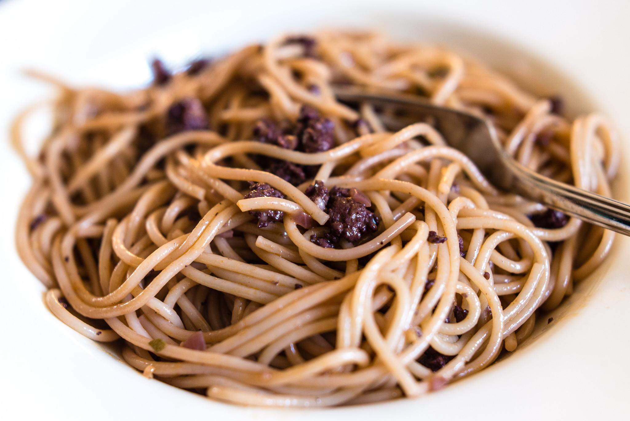Spaghetti met worst, rode wijn en salie