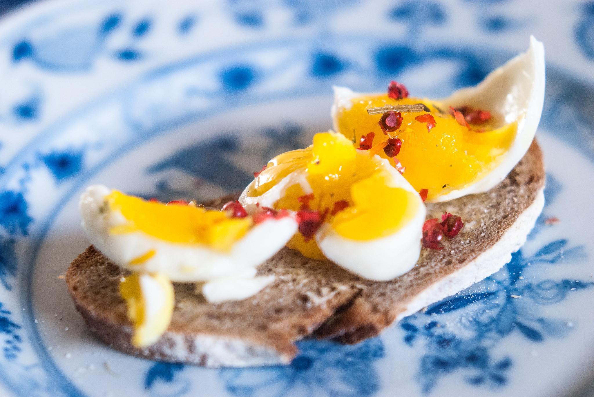 Brood met ei, olijfolie en roze peper