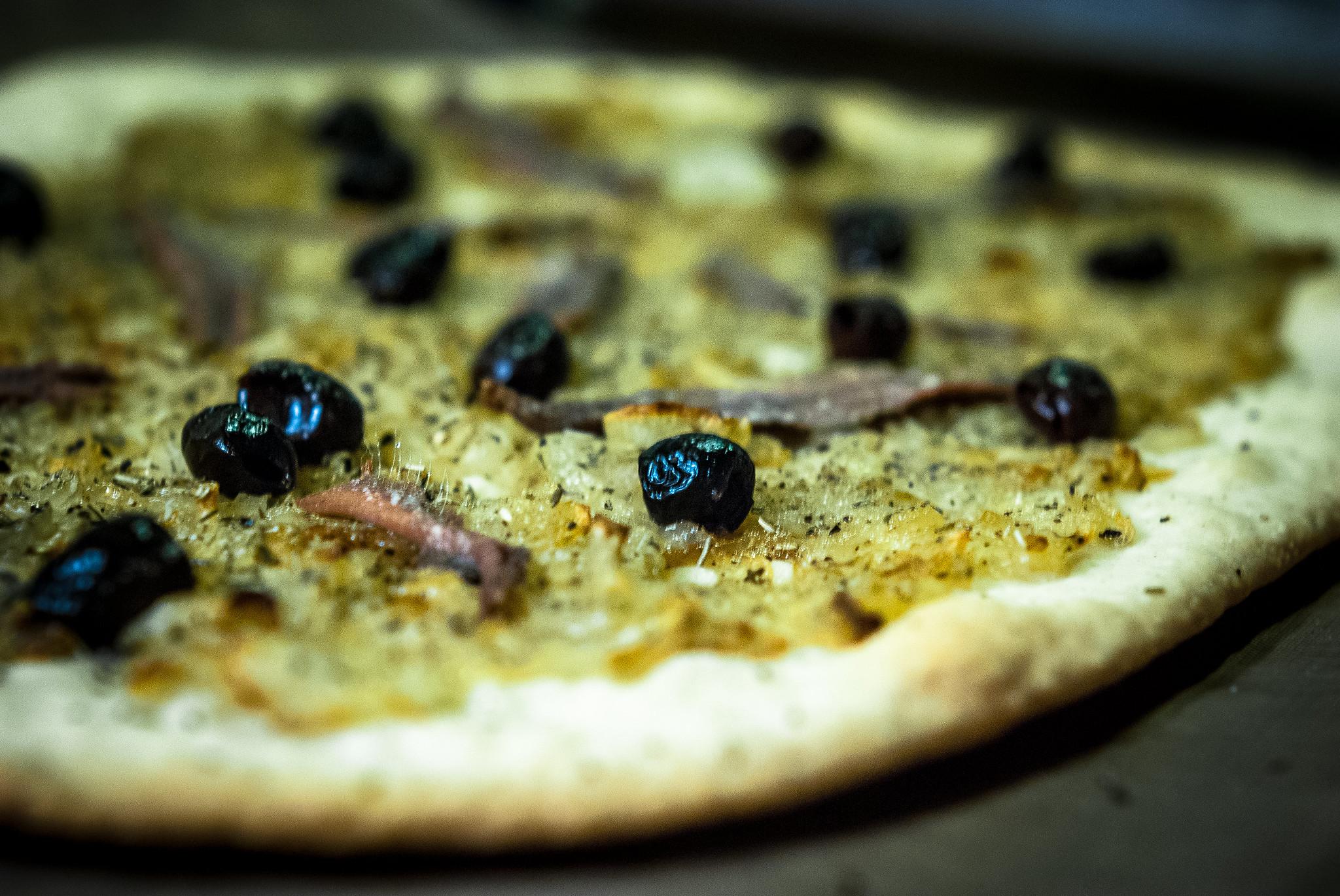 Pissaladière: ansjovis, uien, tijm en olijven