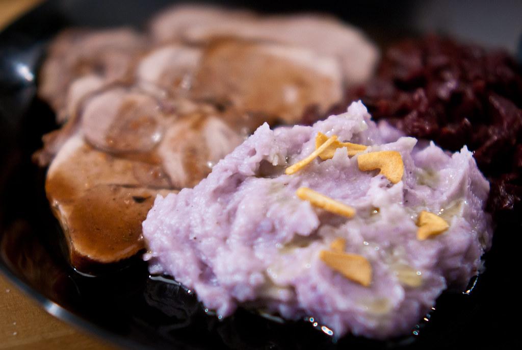Paarse aardappelpuree met knoflookchips
