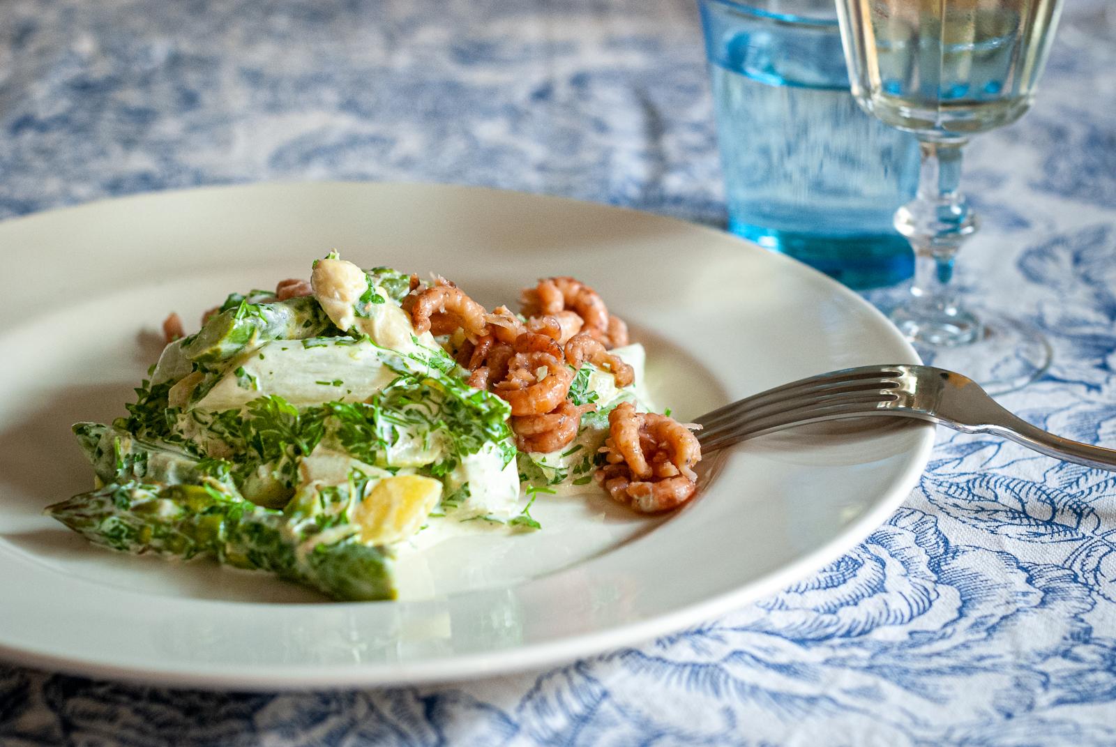 Salade met aardappel, asperges en garnalen